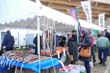 人々で賑わう販売テント