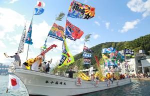 ⑤釜石曳き船まつりで湾内を周回する漁船(H27.10)